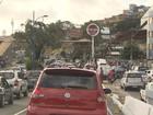 Perseguição a carro roubado termina com 1 morto e 2 baleados em Salvador