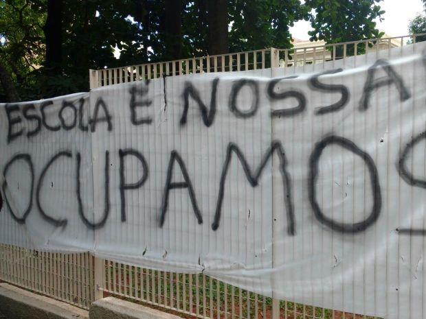 Faixa foi colocada por estudantes que ocuparam a escola Carlos Gomes, em Campinas (Foto: Cristiane Anizeti)