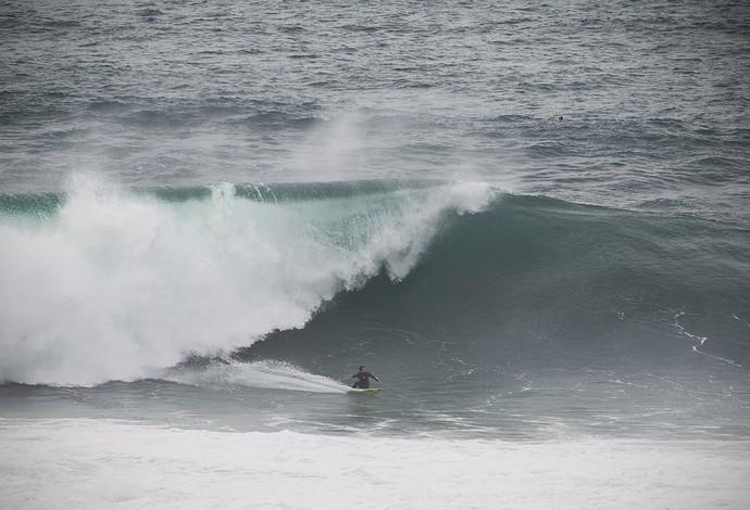 Carlos Burle surfa na Praia do Norte, em Nazaré (Foto: Hugo Silva)