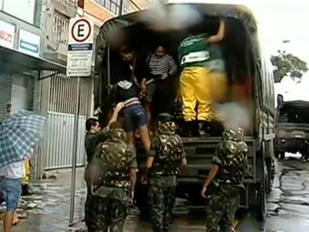 Bombeiros resgatam passageiros ilhados em terminal de Vila velha, ES (Foto: Rafael Zambe/ TV Gazeta)