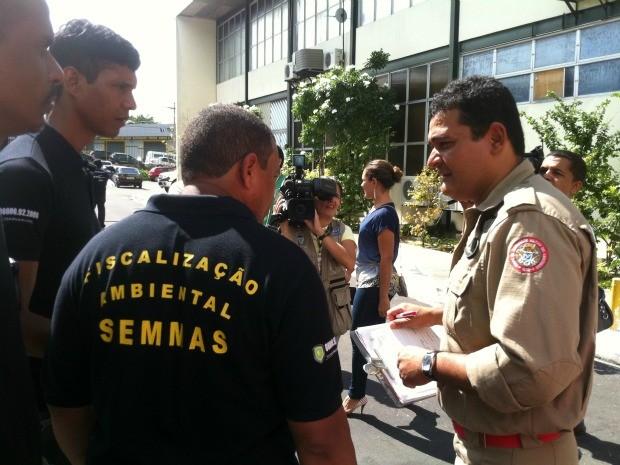 Bombeiros e agentes da Semmas fiscalizaram a sede da Prefeitura de Manaus nesta quinta-feira (31) (Foto: Camila Henriques /G1 AM)