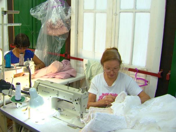 O mercado está sofrendo com a falta de novos profissionais de ofício, como costureiras (Foto: Reprodução de TV)