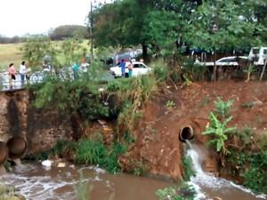 Carro caiu dentro de córrego na tarde desta terça em Leme (Foto: Portal Leme News)