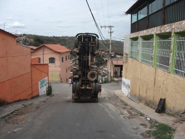 Internauta registrou acidente inusitado em Sabará. (Foto: Davidson Luiz Pereira Lopes / VC no G1)