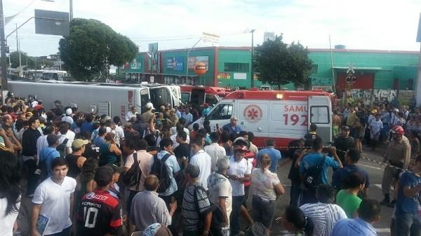 Ônibus colidiu com trem, em linha férrea na av. Bernardo Vieira em Natal (Foto: Jorge Talmon/G1)