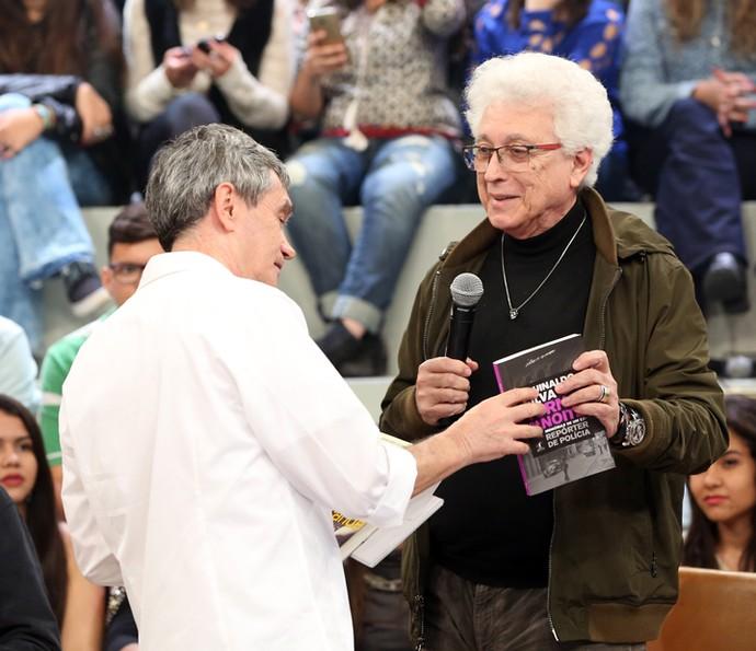 Aguinaldo Silva entrega livro para Serginho Groisman (Foto: Carol Caminha/Gshow)