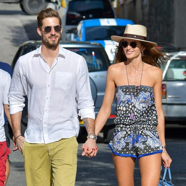 Iza Goulart e o namorado, Kevin Trapp, passeiam juntinhos em St Barths (Foto: AKM-GSI)