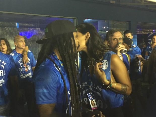 Marcelo Falcão e morena (Foto: EGO)