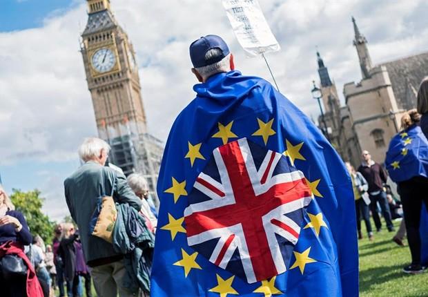 Homem marcha em Londres contra o Brexit (Foto: EFE/EPA/WILL OLIVER)