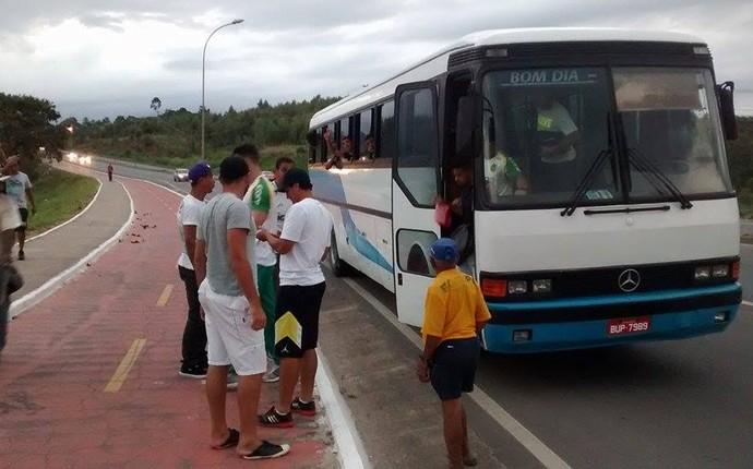 Ônibus que levava o Tupy-ES quebrou na estrada (Foto: Hugo Nuness/Tupyrados)