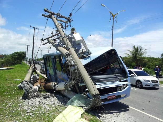 Ônibus derruba três postes em Macaé, RJ (Foto: Cristiano Dias/ Arquivo Pessoal)