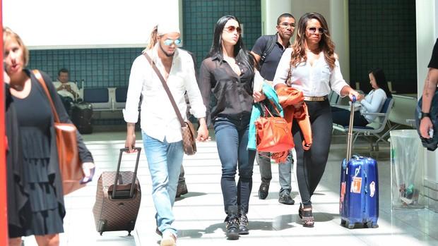 Belo e Gracyanne Barbosa no aeroporto Santos Dumont (Foto: William Oda / Foto Rio News)