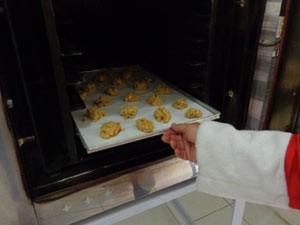 Cookies ficam 15 minutos no forno (Foto: Tatiana Lopes/G1)