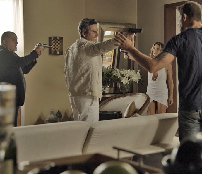 Tensão! Zé Maria, Romero, Atena e Juliano se enfrentam em acerto de contas (Foto: TV Globo)