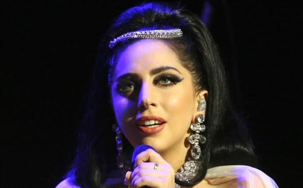 """Se Lady Gaga hoje ainda parece estranho aos olhos de alguns, imagine no Ensino Médio. Ela ouvia o tempo todo comentários como """"Sua risada é engraçada"""", """"Você é esquisita"""", """"Por que você canta o tempo todo?"""", """"Por que você não sai do teatro?"""", """"Por que você se maquia assim?"""". (Foto: Getty Images)"""