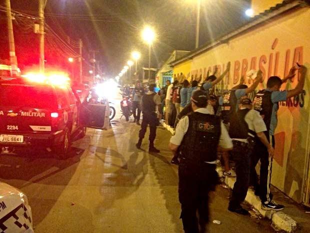 Policiais militares fazem abordagem durante operação em Ceilândia Norte, no DF (Foto: Polícia Militar/Divulgação)