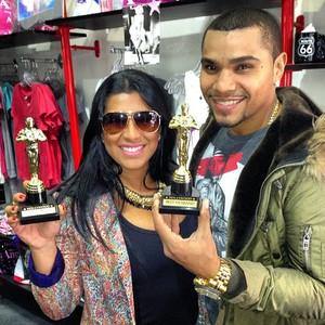 Naldo e Moranguinho posam com réplicas de estatuetas do Oscar (Foto: Instagram / Reprodução)