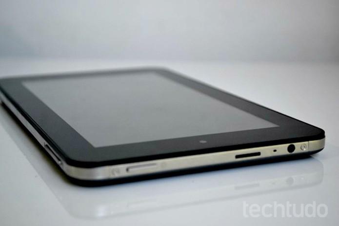 Tablet é muito fino e bastante portátil  (Foto: Thiago Barros/TechTudo)