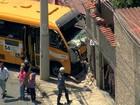 Micro-ônibus bate em muro de casa, no bairro Glória, em Belo Horizonte