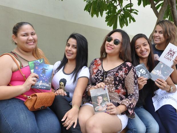 Meninas de fã-clube de Luan Santana dizem gastar R$ 6 mil por ano para seguir cantor (Foto: André Ferreira/ G1)