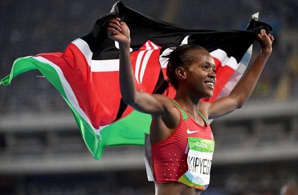 A queniana Faith Chepng'etich comemora medalha de ouro nas Olimpíadas do Rio (Foto: Getty Images)