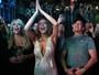 Lindsay Lohan exibe anel de noivado de esmeralda e diamantes em show