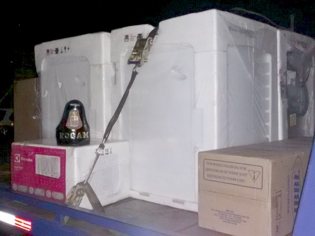 Polícia encontra carga com produtos roubados em Jundiaí (Foto: Divulgação / PM)