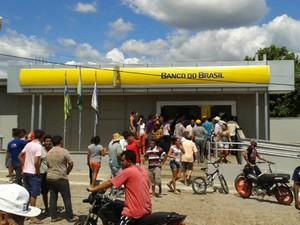 Movimentação de populares após assalto no Banco do Brasil de São Miguel do Tapuio (Foto: Francisco Alves/ PortalSamita)