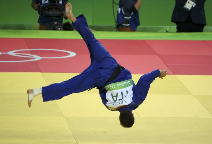 O italiano Fabio Basile consegue um belo ippon sobre o sul-coreano Baul An na decisão e fatura o ouro (Foto: Reuters)