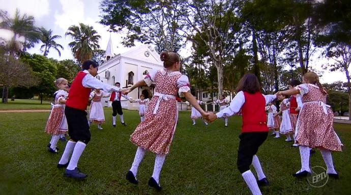 As crianças da Colônia Helvetia fazem a dança típica suíça para o evento que ocorre no dia 30/04/16 (Foto: reprodução EPTV)