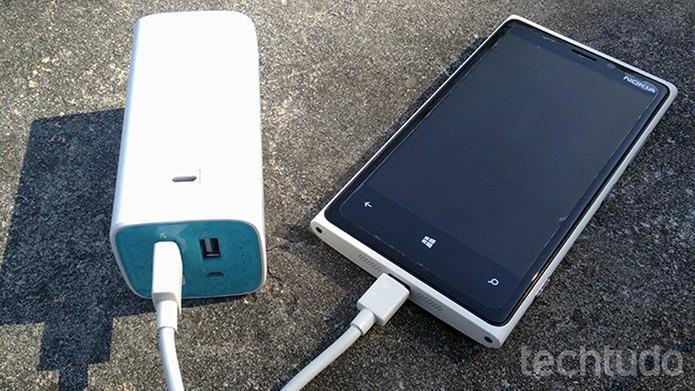 TP-LINK TL-PB10400 chega com um cabo micro USB compatível com celulares Android e Windows Phone (Foto: Elson de Souza/TechTudo)