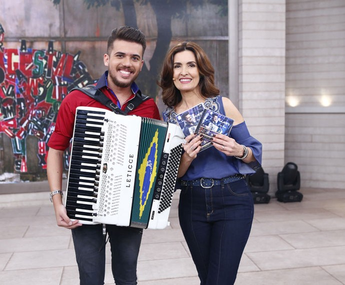 Luan Forró Estilizado posa com a Fátima depois do programa  (Foto: Fábio Rocha/Gshow)
