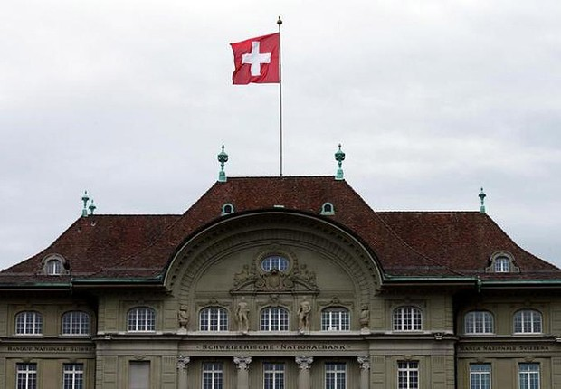 Bandeira da Suíça é vista no topo da sede do Banco Nacional da Suíça SNB em Berna (Foto: Ruben Sprich/Arquivo/Reuters)