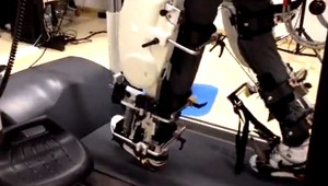 Exoesqueleto permitirá que pessoas controlem próteses com o cérebro (Foto: Reprodução Youtube)