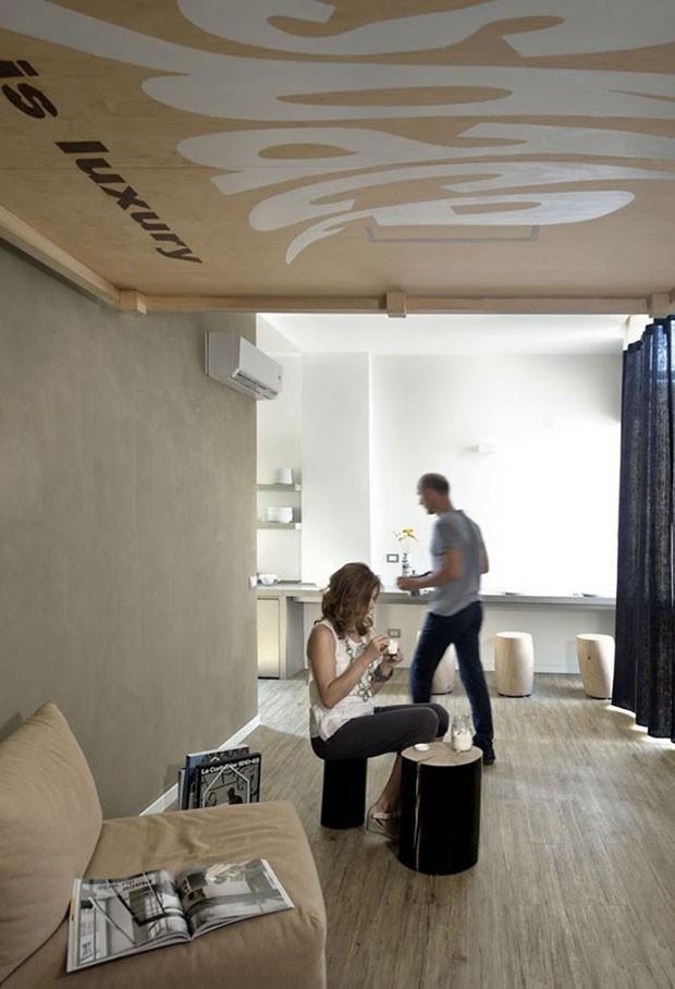 Cama pode ser suspensa para dar lugar à sala (Foto: Reprodução)