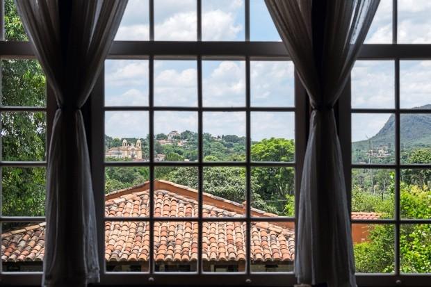 A casa é obra e criação de Gustavo: ele desenhou as janelas de forma que não perdesse a vista para a serra (Foto: Lufe Gomes / Editora Globo)