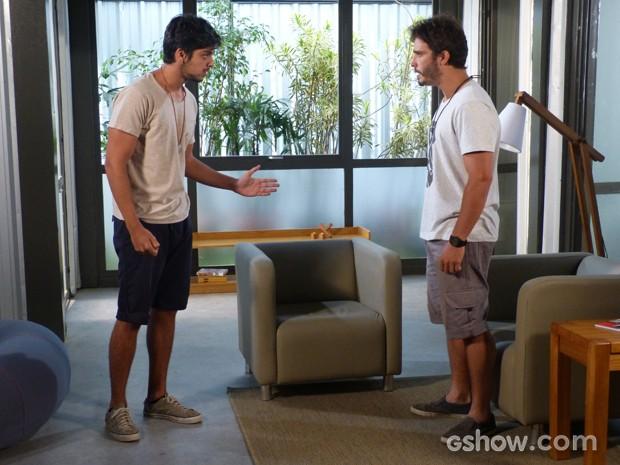 William diz para Marlon que estava sendo seguido (Foto: Além do Horizonte/TV Globo)