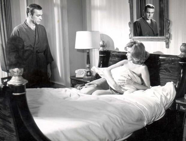 Sean Connery e Molly Peters em cena de '007 Contra a Chantagem Atômica' (1965) (Foto: Reprodução)