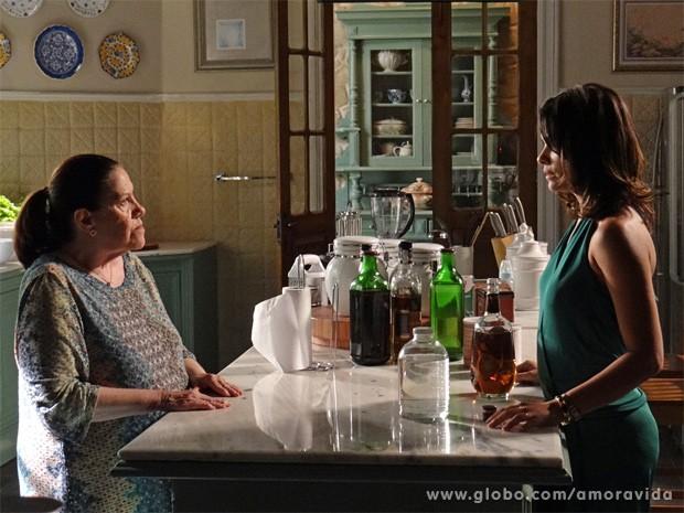 Ciça pergunta a Aline o que tem nas garrafas (Foto: Amor à Vida / TV Globo)