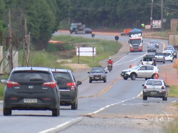 Motoristas se arriscam cruzando e fazendo conversões na pista (Foto: Reprodução/TV Tem)