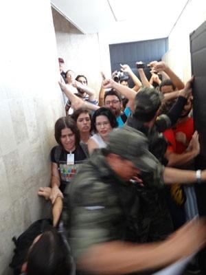 Manifestantes tentam entrar na reunião do CDU, no Recife (Foto: Luna Markman / G1)