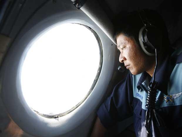 Oficial da Força Aérea do Vietnã durante missão de busca de avião desaparecido da Malaysia Airlines. (Foto: Kham / Reuters)