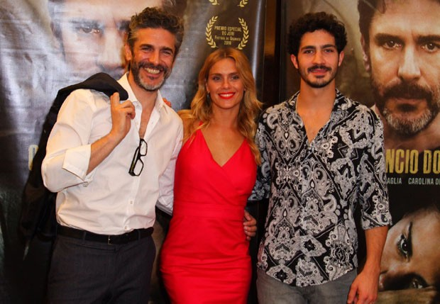 Leonardo Sbaraglia, Carolina Dieckmann e Chino Darin (Foto: Anderson Borde/Ag News)
