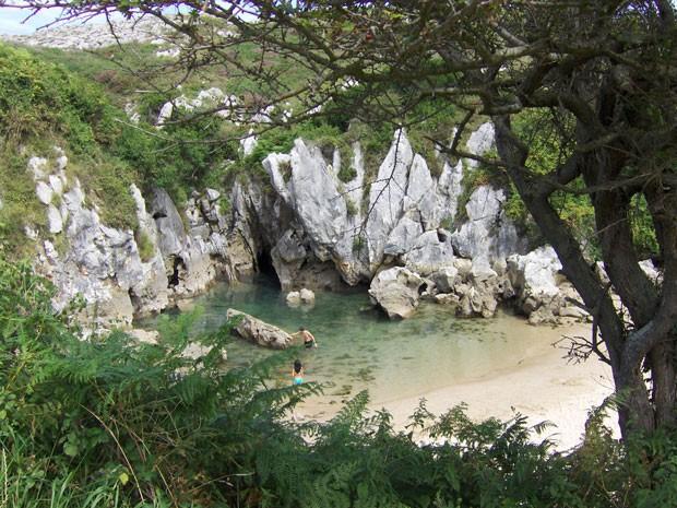A praia é toda cercada por vegetação (Foto: jonbgem/Creative Commons)