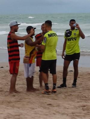 Jogadores do Galo na praia (Foto: Léo Simonini)