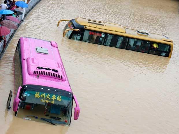 Tufão provocou inundação em Fuzhou, província de Fujian, deixando ônibus debaixo da água. (Foto: Reuters)