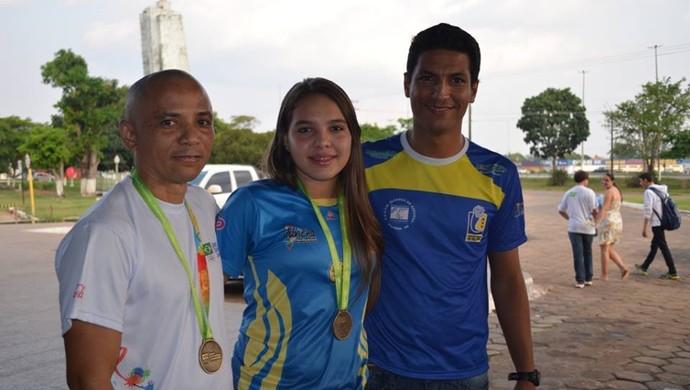 Alinne após vitória em Londrina, com equipe técnica  (Foto: Alinne Nair/Arquivo Pessoal)