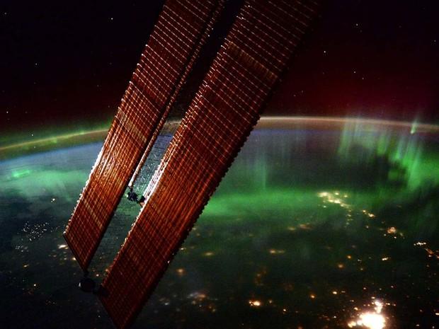 Aurora boreal clicada pelo astronauta Scott Kelly; fenômeno natural é resultado de energia liberada por campos magnéticos solares (Foto: Reprodução/ Twitter/ Scott Kelly)