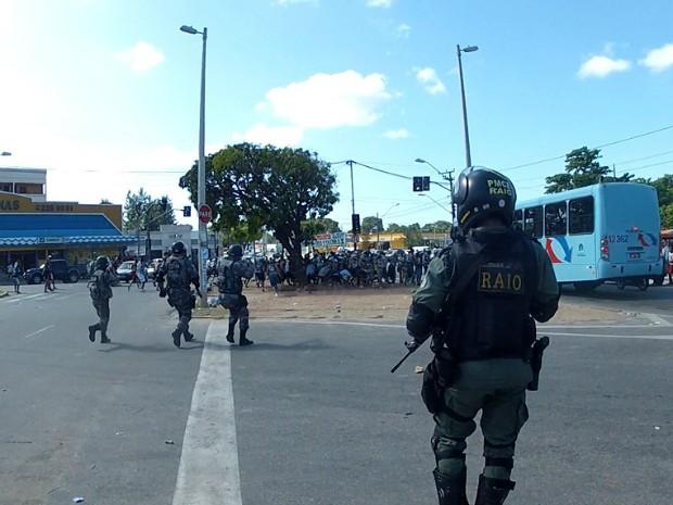 Políciais do Raio disparam balas de borracha para impedir invasão de torcedores a terminal de ônibus (Foto: TV Verdes Mares/Reprodução)