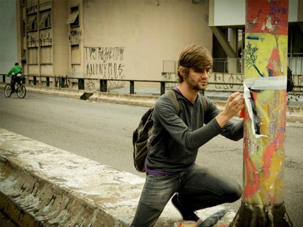 Artista durante intervenção urbana em São Paulo com 'causo' do livro (Foto: Ludmila Castanheira/Arquivo Pessoal)